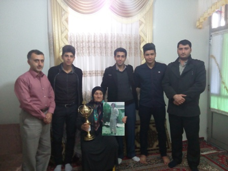 اهدای جام قهرمانی به خانواده شهید عیسی محمدپور
