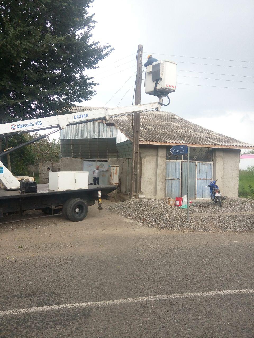 تقویت شبکه برق خانگی کوچه یاس ۵ گیلاکجان بهمراه تعویض تیر چراغ برق